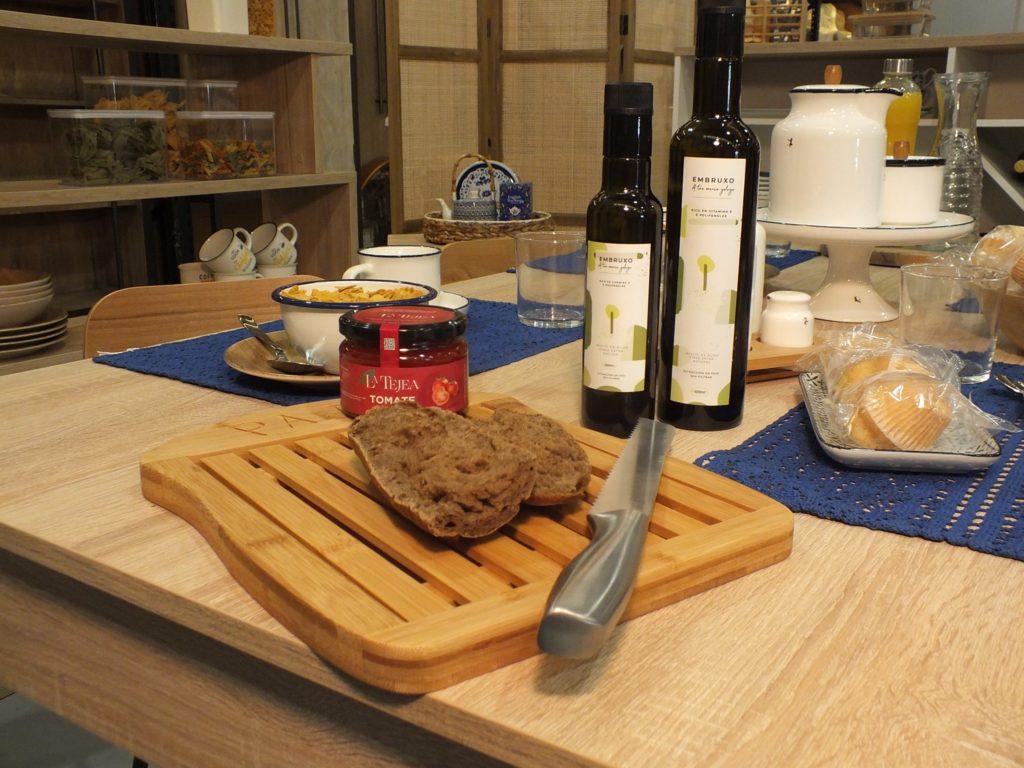 Mesa con aceite Embruxo, mermelada y tostadas