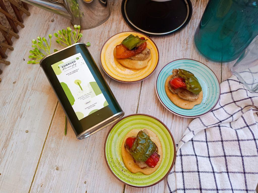 mesita con tostas para desayunar y aceite de oliva virgen extra